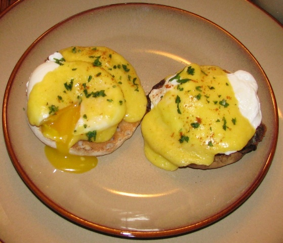 PaulaReyne.com Perfect eggs benedict upclose 559x480