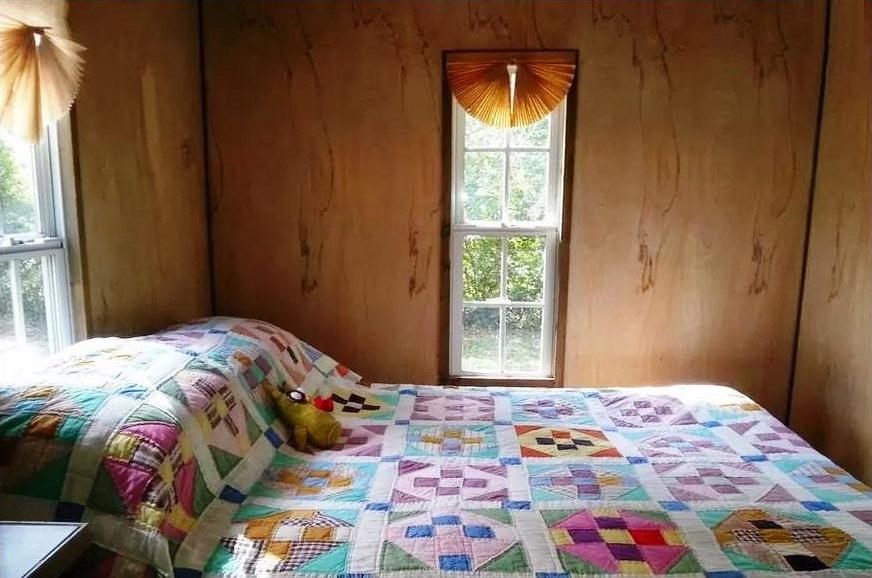 PaulaReyne.com Tiny house bedroom